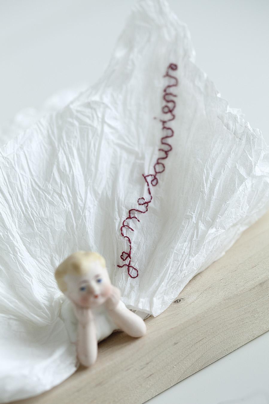 """<p><span style=""""font-size: 10pt;"""">Dani Tambour, <em>Je me souviens</em>, poupée de porcelaine, papier froissé et broderie, 2018 ©Caroline Dethier</span></p>"""